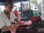 """Tin tức - """"Lão gàn"""" 32 năm sống vỉa hè, làm nghề vá áo mưa"""