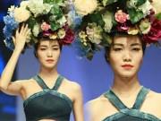 Thời trang - Thùy Dung đội vòng hoa khổng lồ lên sàn diễn