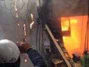 Tin tức - Hà Nội: Cột điện cháy, lửa thiêu rụi cả nhà dân