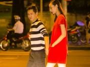 Hậu trường - Chồng sắp cưới nắm chặt tay Lê Thúy trên phố