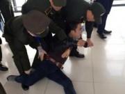 """Tin hot - Thanh niên có tiền sử tâm thần """"quậy"""" tưng sân bay Nội Bài"""