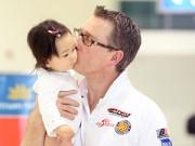 Làng sao - Chồng Tây Đoan Trang âu yếm hôn con gái ở sân bay