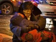 Tình yêu - Giới tính - Ông lão ôm xác vợ giữa đường dưới cái lạnh âm 24 độ C