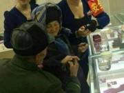 Eva Yêu - Cụ già nhặt rác góp tiền mua nhẫn kim cương cho vợ