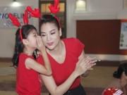 Làng sao - Mẹ con Trương Ngọc Ánh mặc đồ đôi đi phát quà Noel