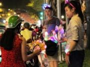 Tin tức - Đồ chơi Noel lấp lánh sắc màu khắp hè phố Sài Gòn