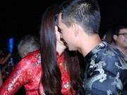 Thời trang - Trương Ngọc Ánh mặc áo dài âu yếm Kim Lý