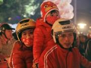 Tin tức - Dòng người ùn ùn đổ xuống đường đón Giáng sinh