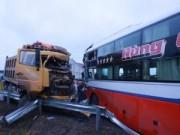 Tin tức - Nghệ An: Hai xe đối đầu, tài xế mắc kẹt trong cabin