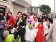Tình yêu - Giới tính - Thích thú màn rước dâu bằng xe đạp điện