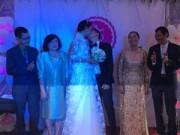 Làng sao - Lê Thúy hôn chồng điển trai trong ngày cưới ở quê nhà