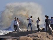 Eva Yêu - Bất chấp bão cấp 12, hàng trăm cặp đôi chụp hình cưới trên biển