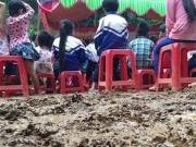Tin tức - Học sinh vùng cao lội bùn trong ngày lễ khai trường muộn