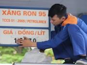 """Mua sắm - Giá cả - """"Ai"""" làm cho giá xăng dầu trong nước cao?"""