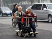 Eva Yêu - Ngưỡng mộ người chồng 40 năm đẩy xe lăn cho vợ
