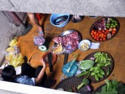 Tin tức - Họp chợ sầm uất giữa hành lang chung cư ở TP.HCM