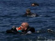 Làm mẹ - Nghẹn lòng cảnh bé trai tị nạn 18 tháng được vớt trên biển