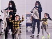 Làng sao - Con gái Triệu Vy tung tăng bên mẹ tại sân bay