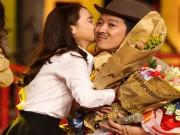 Làng sao - Nhã Phương công khai hôn Trường Giang trên sân khấu