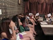 """Tin tức - """"Chân dài"""" hở hang tháo chạy khi quán karaoke """"chui"""" bị kiểm tra"""