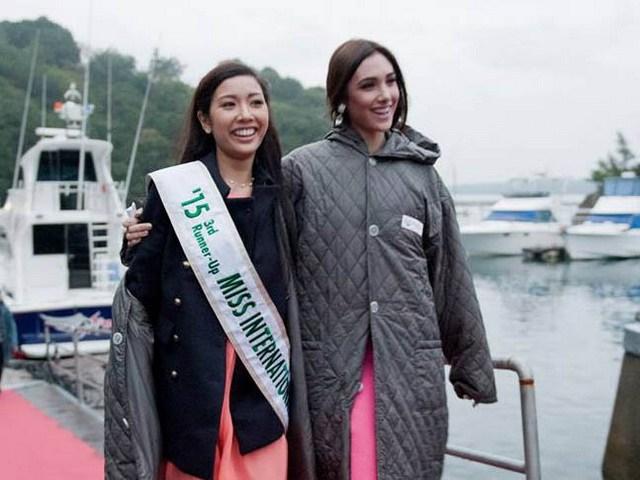 Thúy Vân thân thiện bên Hoa hậu Quốc tế 2015