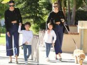 Làng sao - Miranda Kerr sành điệu cùng con trai dắt chó đi dạo