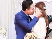 Làng sao - Siêu mẫu, diễn viên Quang Hòa hôn vợ trong đám cưới