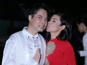 Làng sao - Việt Trinh hôn Ngọc Sơn thắm thiết khi làm từ thiện