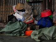 HN: Người vô gia cư chui bao tải ngủ vỉa hè trong đêm rét