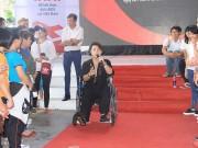 Xem & Đọc - Akira Phan ngồi xe lăn đi hát từ thiện