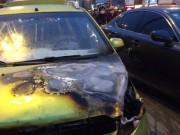 Tin tức - Ô tô Chevrolet bốc cháy dữ dội tại Ngã Tư Sở