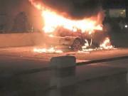 Tin tức - HN: Xế hộp bốc cháy ngùn ngụt, tài xế đạp cửa thoát thân