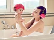 Lê Kiều Như vui đùa với con gái trong bồn tắm