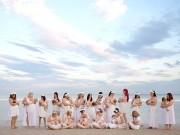 """Bà bầu - Ảnh 20 bà mẹ cho con bú trên bãi biển đẹp """"mê hồn"""""""