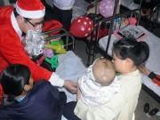 Tin tức - Ấm áp cảnh trẻ nhận quà bên giường bệnh mùa Noel