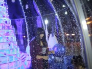 Người dân Hà Nội, TP.HCM thích thú bên quả cầu tuyết khổng lồ