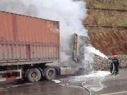 Tin tức - Xe máy nổ dưới gầm container, 2 người thiệt mạng
