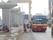 Tin tức - Ảnh: Khổ như chờ xe buýt cạnh công trường ở HN