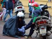 Tin tức - Trẻ vất vả đến trường trong mưa lạnh