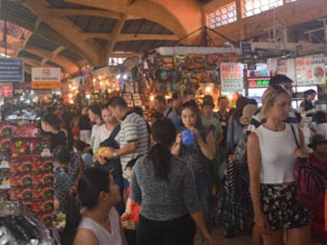 Người dân Sài Gòn tấp nập mua sắm dịp Tết Dương lịch 2016