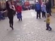 Clip Eva - Em bé bắt chước điệu nhảy trên phố siêu đáng yêu