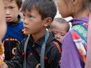 Tin tức - Nhói lòng những đứa trẻ cõng em mưu sinh ở Sa Pa