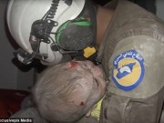 Tin tức - Lính cứu hộ bật khóc khi cứu bé gái 30 ngày tuổi sau cuộc không kích Syria