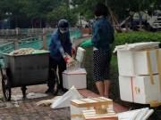 Tin tức - Đôi nam nữ bốc cá chết ở Hồ Tây cho vào hộp xốp bị nghi ngờ mang đi tiêu thụ