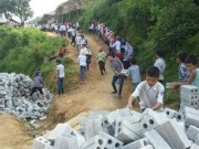 Tin tức - Học sinh ở Điện Biên xếp hàng chuyền gạch xây dựng trường