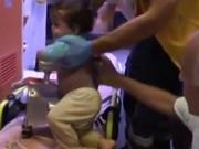 Clip Eva - Mải nấu ăn, mẹ vô ý để con trai 1 tuổi đút tay vào máy xay thịt