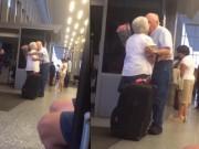 Video: Cụ ông dành cái ôm hôn thắm thiết đón cụ bà tại sân bay