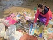 Tin tức - Giáo viên bật khóc nhặt sách vở trong bùn khi lũ rút