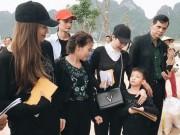 Làng sao - Bé Subeo cùng mẹ Hà Hồ và ông bà ngoại về quê trao quà tận tay cho bà con bị lũ