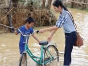 Ngọc Hân bỏ sinh nhật mẹ để đến Hà Tĩnh cứu trợ đồng bào vùng lũ